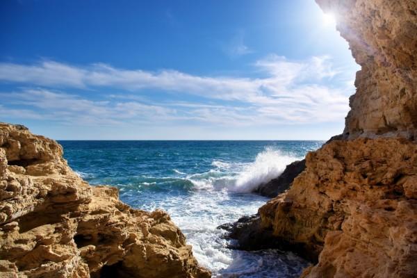 Olas contra las rocas