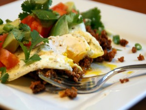 Huevo con picadillo y ensalada