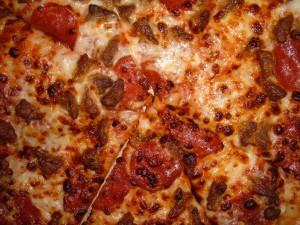 Una gran pizza con pepperoni y mucho queso