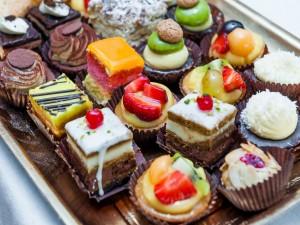 Una bandeja con pasteles variados