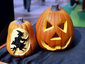 Postal: Bruja tallada en una calabaza para Halloween