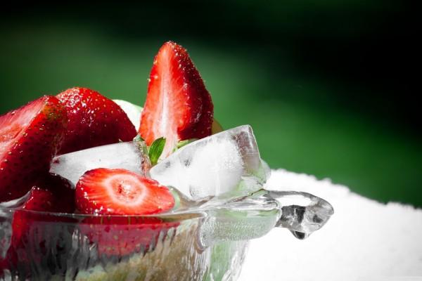 Fresas con hielo en un recipiente