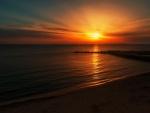 Observando la puesta de sol desde la playa