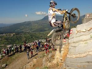Salto en moto por una pared de roca