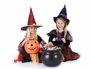 Niñas disfrazadas de brujas en Halloween