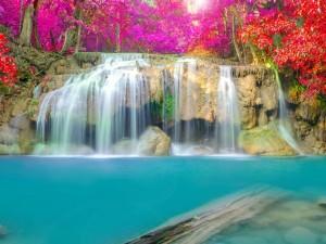 Aguas azules bajo la cascada