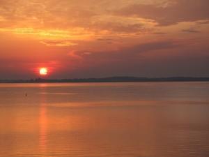 Puesta de sol junto al agua