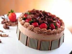 Postal: Una rica tarta de mousse de chocolate y fresas