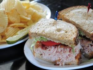 Un rico sándwich con mucho pavo