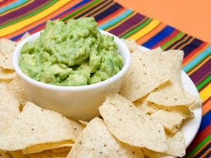 Un rico guacamole y nachos