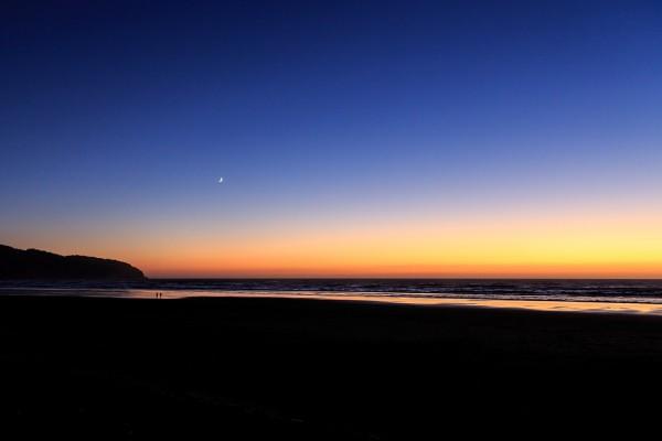 Un cielo despejado al anochecer sobre una gran playa
