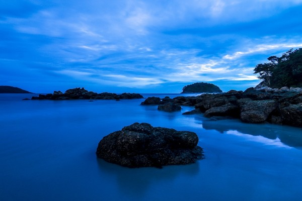 Vista al amanecer de una isla en el mar