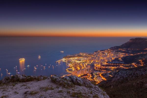 Vista de Mónaco al anochecer