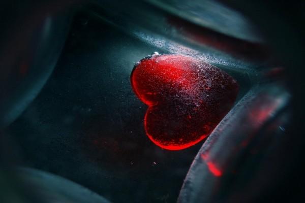 Corazón rojo atrapado en una caja