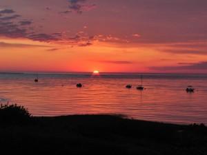 Anochecer anaranjado en el mar