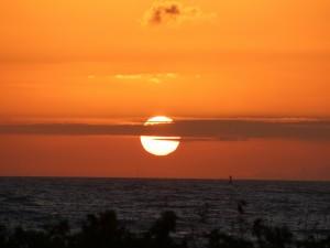 Postal: Línea nubosa delante del sol