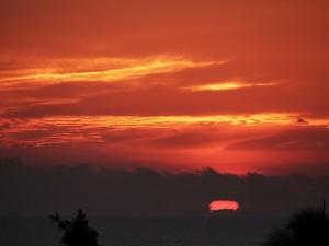 El sol en el horizonte entre las nubes oscuras