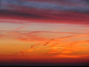 Nubes en un cielo anaranjado