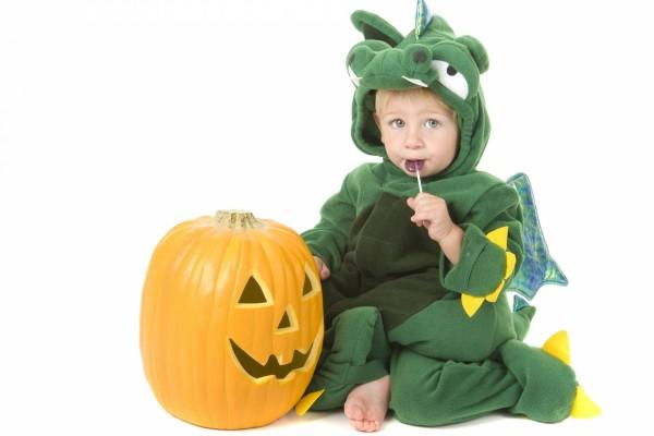 Simpático niño con un disfraz de dragón en Halloween