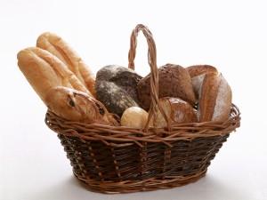 Cesta con varios tipos de pan