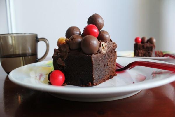Bizcocho de chocolate con bolas de chocolate