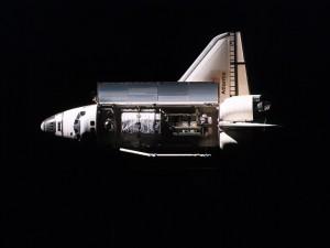 Postal: TransbordadorAtlantis en el espacio