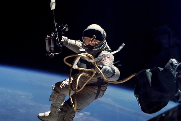 El astronauta Ed White flotando en el espacio