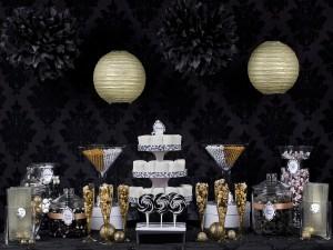 Postal: Original decoración de una mesa con dulces y caramelos