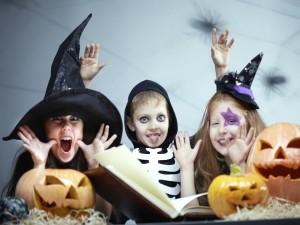 Niños felices con sus disfraces en la noche de Halloween