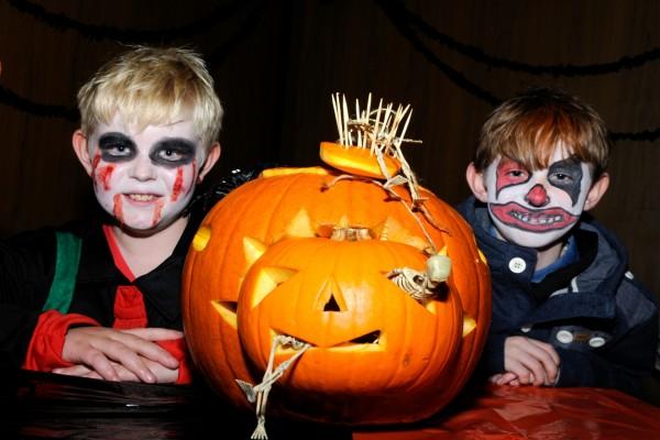 Niños maquillados en la noche de Halloween