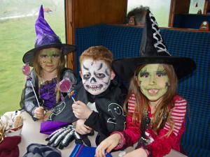 Niños vestidos y maquillados en Halloween