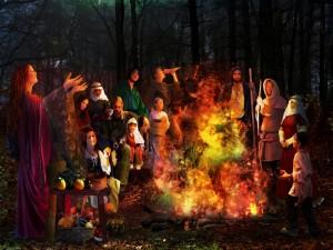 Bruja encendiendo una hoguera en la noche de Halloween
