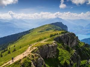 Senderismo en una montaña de los Alpes de Berna
