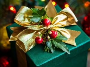 Postal: Regalo con con un adorno navideño