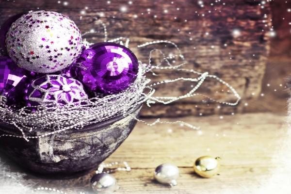 Bolas navideñas de color púrpura en un recipiente
