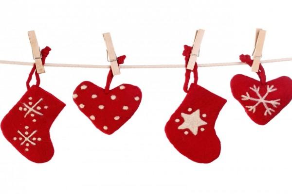 Botas y corazones navideños colgados en una cuerda