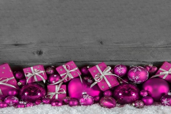 Regalos y adornos de color fucsia para Navidad