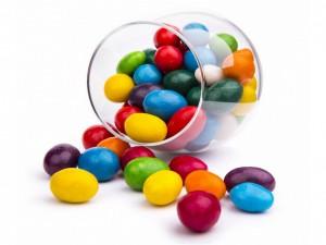 Confites de varios colores en un recipiente de vidrio