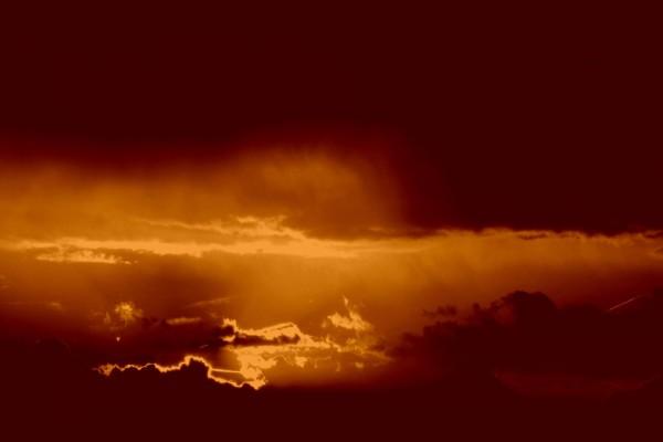 Cielo cubierto de nubes al atardecer