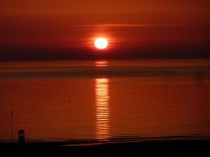 El sol reflejado en el mar al atardecer