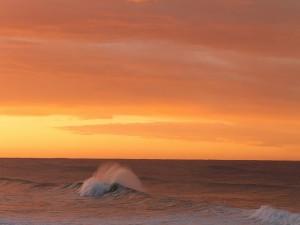 Postal: Olas en el mar al atardecer