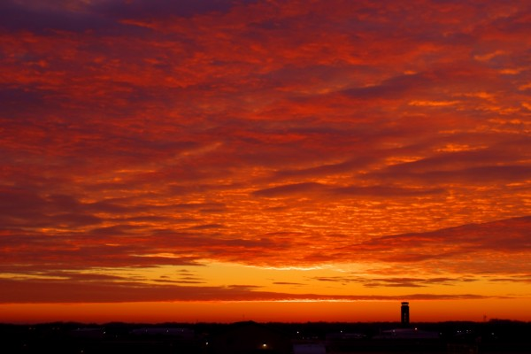 Cielo naranja sobre una ciudad