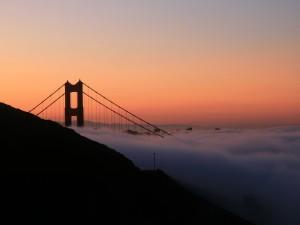 El puente Golden Gate entre nubes