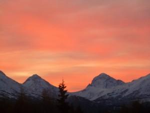 Postal: Cielo anaranjado sobre las montañas