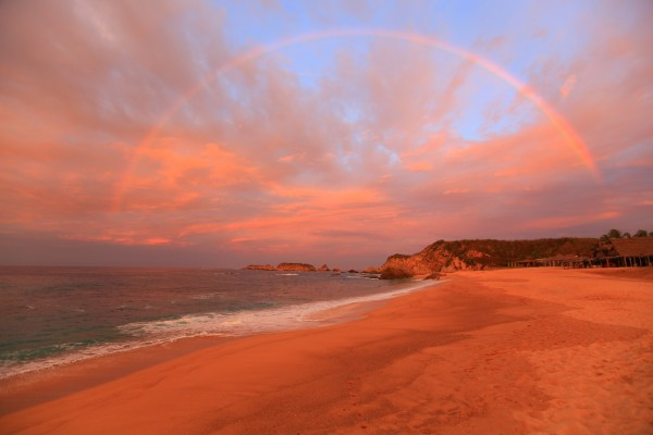 Gran arcoíris en una bonita playa
