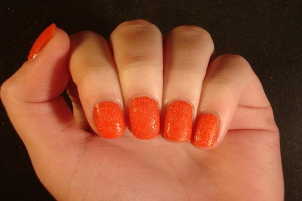 Uñas pintadas de un bonito color naranja