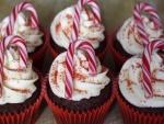 Cupcakes decorados con bastones de caramelo