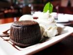 Pastel de chocolate con nata montada