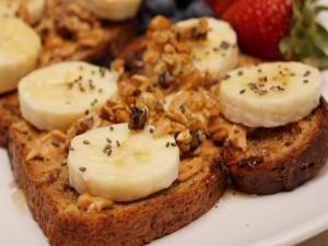 Tostada con plátano y cereales para un buen desayuno