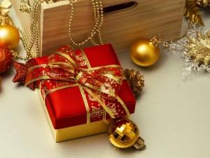 Adornos de Navidad junto a un regalo